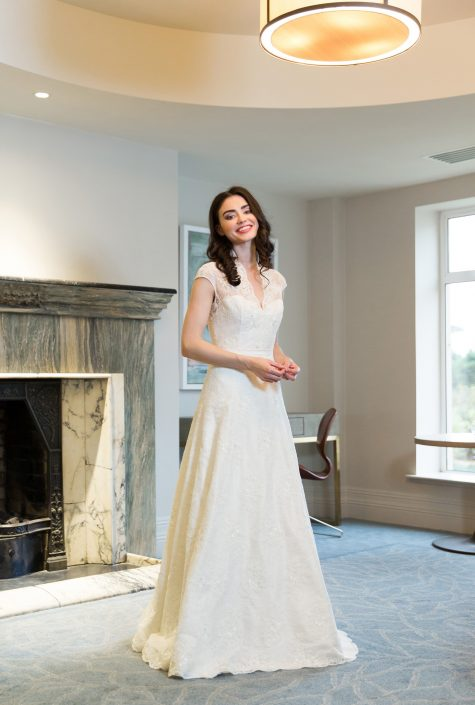 sample wedding dress for sale Ivory Dupion Silk and Lace Bridal Gown Size 10-12 € 500