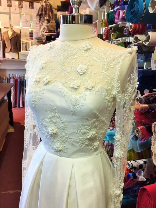 sample wedding dress for sale Ivory Thai Silk and Lace Bridal Gown Size 10-12 € 700